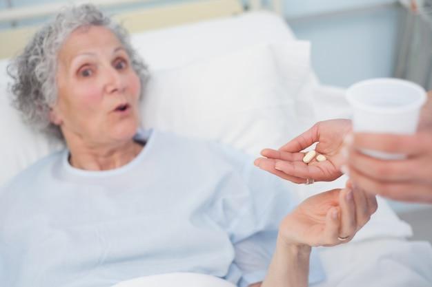 Patient surpris recevant des médicaments