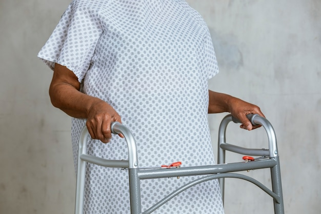 Patient tenant un cadre zimmer