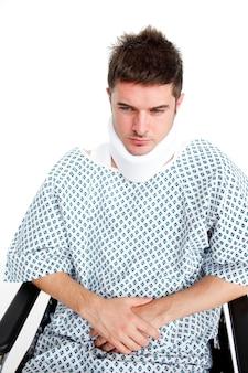 Patient triste avec un collier chirurgical à l'hôpital