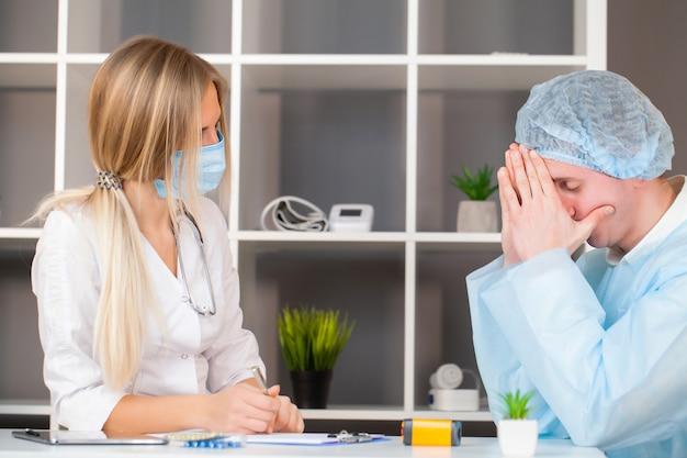 Un patient triste découvre un diagnostic décevant