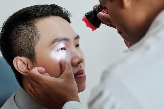 Patient visitant l'ophtalmologiste
