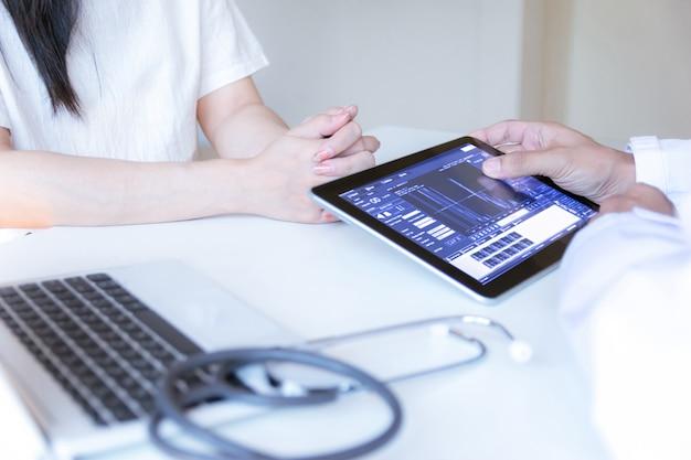 Patient voir un médecin technologie internet pour vérifier la santé à l'hôpital