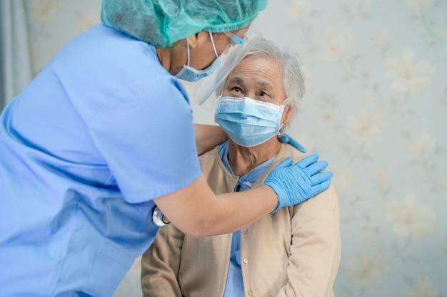 Patiente asiatique âgée ou âgée portant un masque facial nouvelle normale à l'hôpital pour protéger l'infection de sécurité covid-19 coronavirus.
