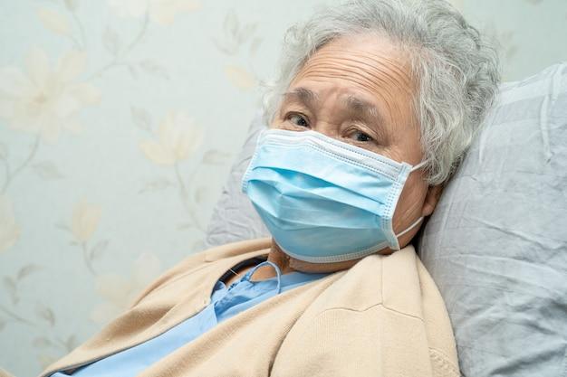 Patiente asiatique âgée portant un masque pour protéger le coronavirus