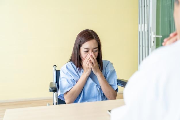 Une patiente asiatique et son médecin consultent