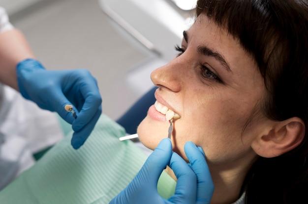 Patiente ayant une procédure effectuée chez le dentiste