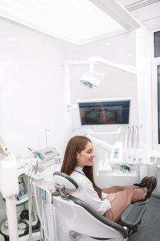 Patiente en fauteuil dentaire à la clinique de stomatologie