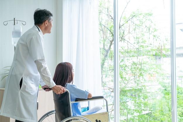 Patiente en fauteuil roulant avec médecin senior
