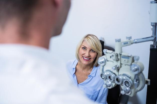 Patiente interagissant avec l'optométriste