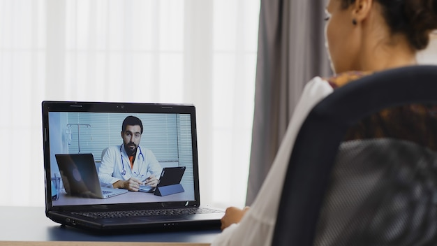 Patiente lors d'un appel vidéo avec son thérapeute à l'aide d'une tablette tactile.