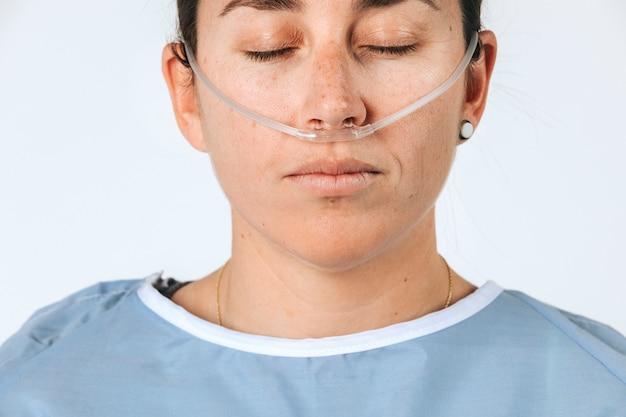 Patiente malade avec une canule nasale