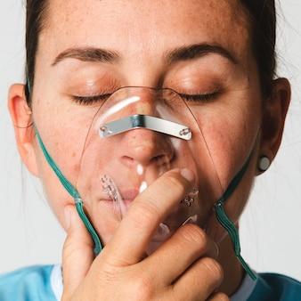 Patiente malade avec un masque à oxygène