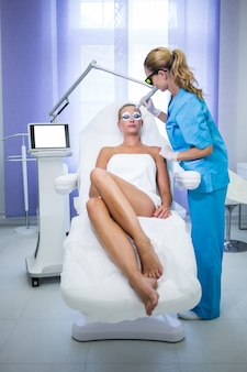 Patiente obtenant la procédure de levage rf