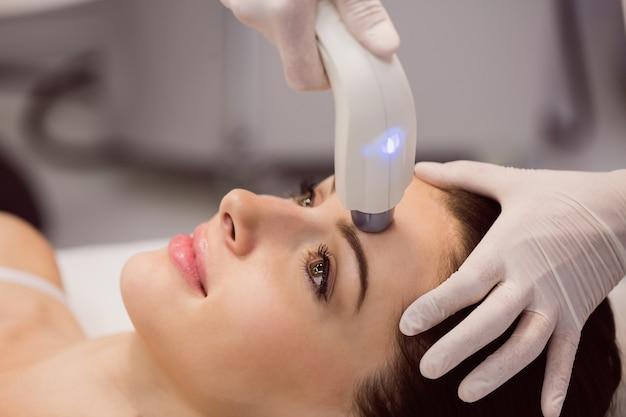 Patiente recevant un traitement cosmétique
