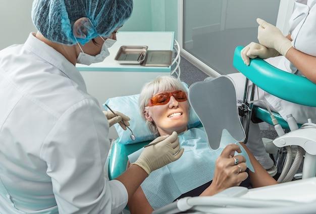 Patiente recevant un traitement du dentiste.