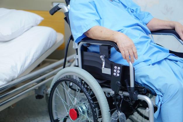 Patiente senior asiatique vieille femme