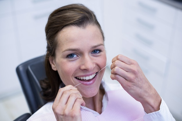 Patiente soie dentaire ses dents