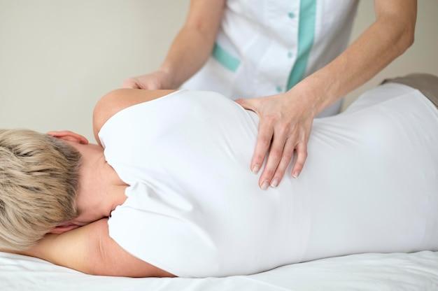 Patiente subissant une thérapie physique