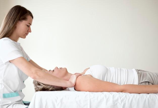 Patiente en thérapie avec physiothérapeute