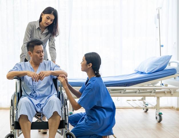 Patiente de traitement de physiothérapeute