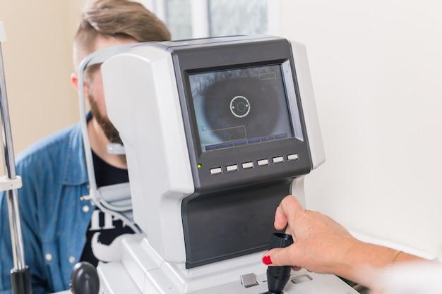 La patiente vérifie sa vision par un ophtalmologiste.
