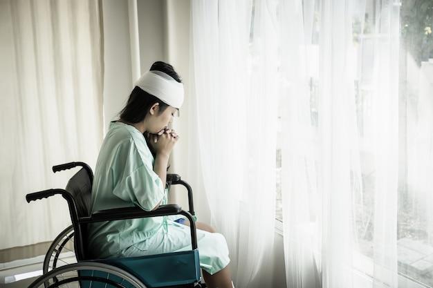 Les patientes en fauteuil roulant ont des douleurs après l'hospitalisation.