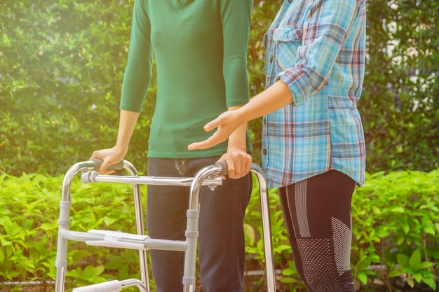 Les patientes marchent avec walker, avec l'aide d'un physiothérapeute.
