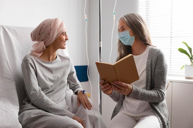 Patientes parlant à l'hôpital