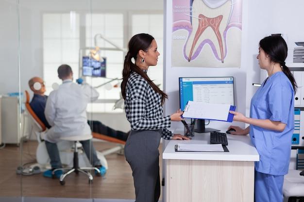 Patients à l'accueil en stomatologie faisant la queue