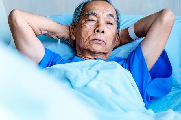 Patients âgés dans un lit d'hôpital