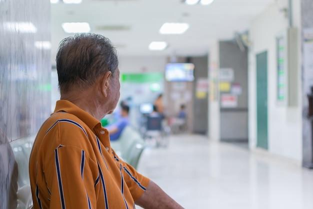 Patients âgés et de nombreux patients en attente d'un médecin et d'une infirmière à l'hôpital