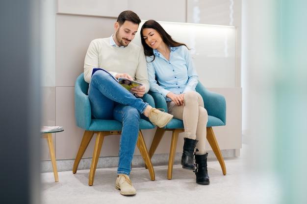 Patients assis dans une salle d'attente