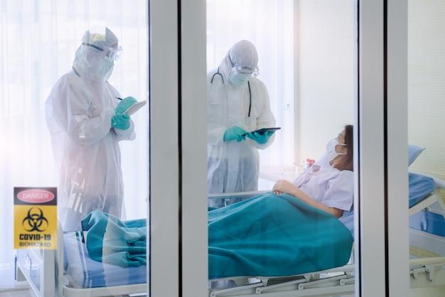 Patients atteints de coronavirus et médecin en chambre privée
