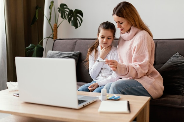 Patients consultant un médecin virtuel avec ordinateur portable