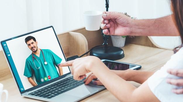 Patients discutant avec le médecin en ligne