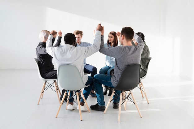 Patients formant un cercle et levant les mains