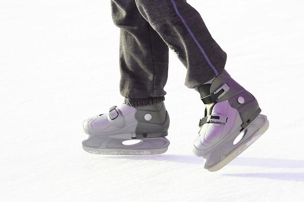 Patinage des pieds sur la patinoire. sport et divertissement. repos et vacances d'hiver.