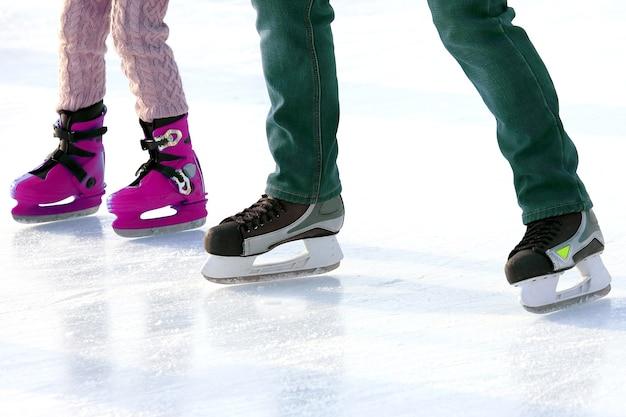 Patinage des pieds sur la patinoire. sports et vacances d'hiver