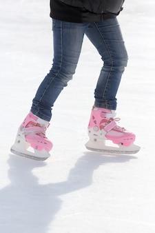 Patinage pieds sur la patinoire