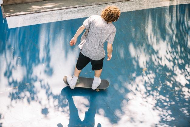 Patineur avec des dreadlocks dans un skatepark