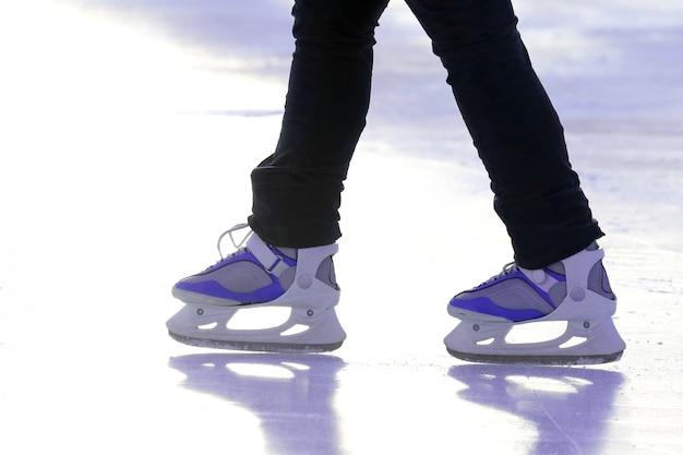 Patineur à pied sur la patinoire. vacances sports et loisirs