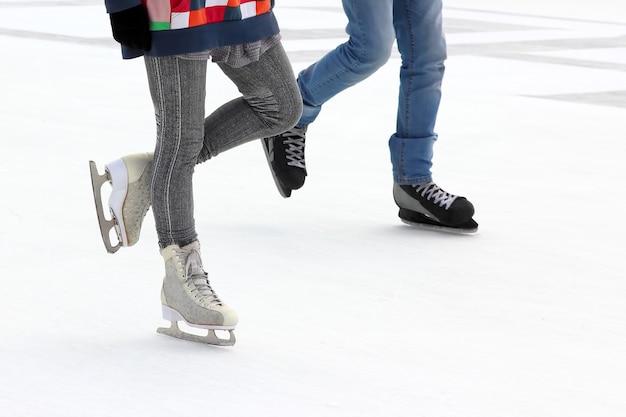 Patineur à pied sur la patinoire