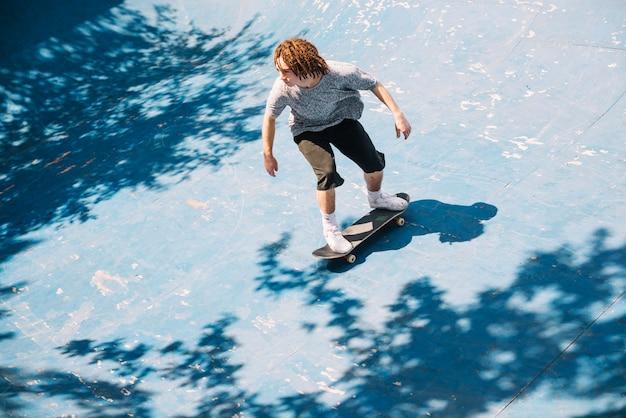 Patineur pratiquant et faisant du skateboard