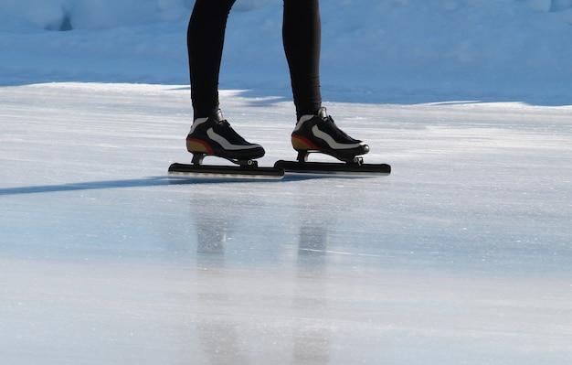 Patineur de vitesse sur anneau gelé