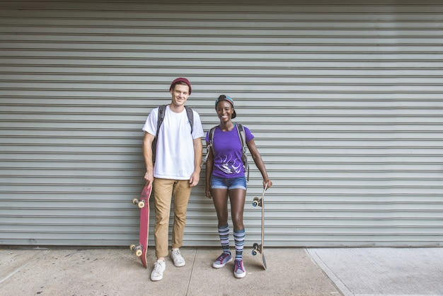 Les patineurs s'entraînent dans un skate park à new york