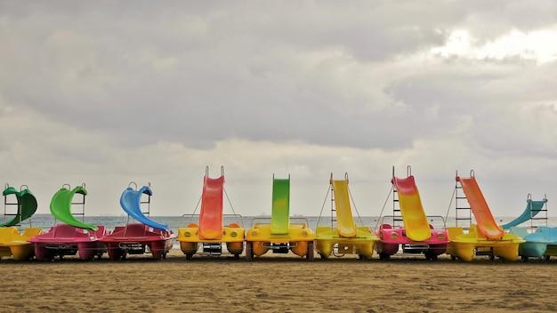 Patins alignés sur la plage