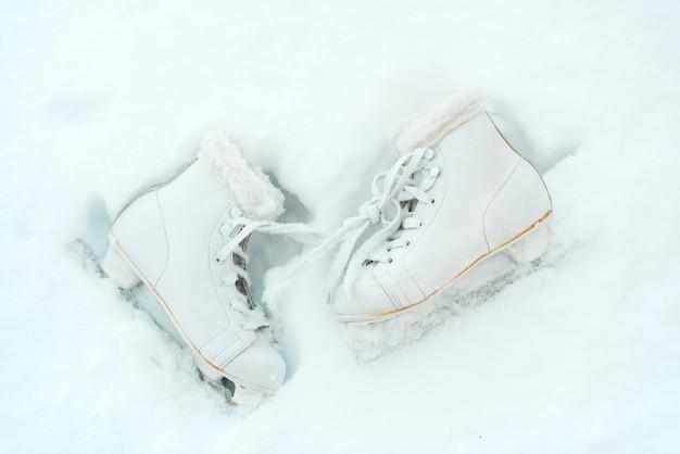 Patins blancs sur glace blanche