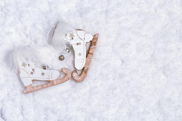 Patins en bois dans la neige. décor de noël. affiche de bonne année 2020 ou carte de voeux avec espace copie. mise au point sélective.