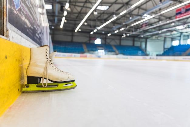 Patins à glace sur une patinoire vide