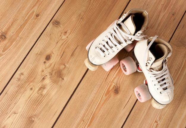 Patins à roulettes sur un plancher en bois